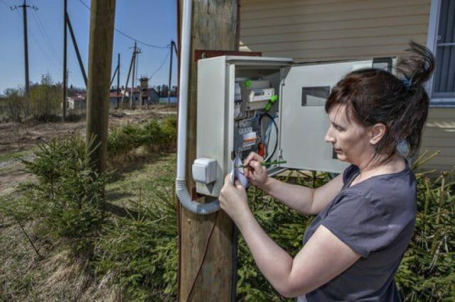 Электросчетчик на улице — правомерно ли требование выноса счетчика на улицу?