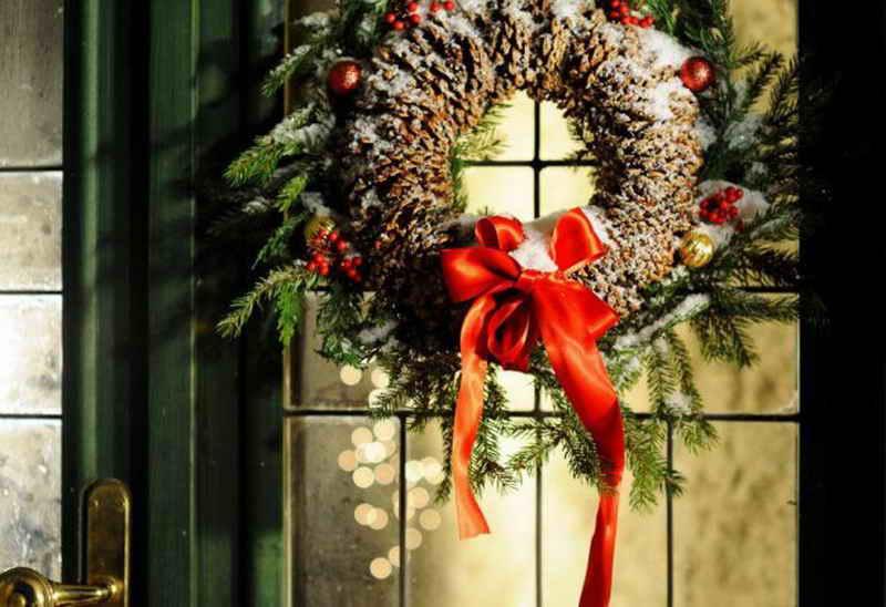 15 идей, как украсить дом или дачу к Рождеству