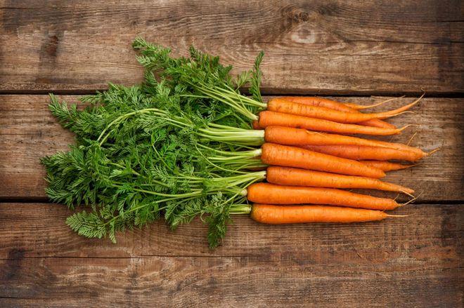 Мытая морковь в пучке