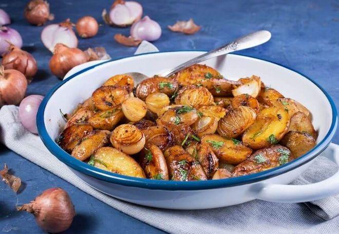 Картофель обжареный с луком шалот и приправами