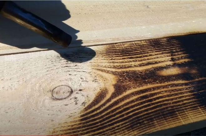 Горящая древесина с помощью горелки