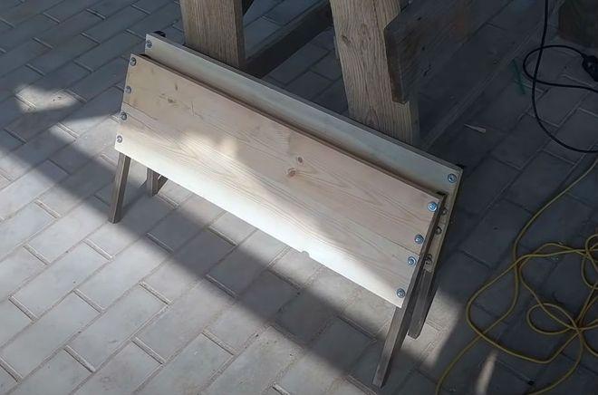 Монтаж верхних досок кровати из пиленой древесины.