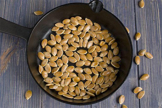 Семена тыквы на сковороде