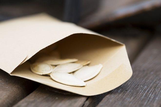 Тыквенные семечки в бумажном пакете