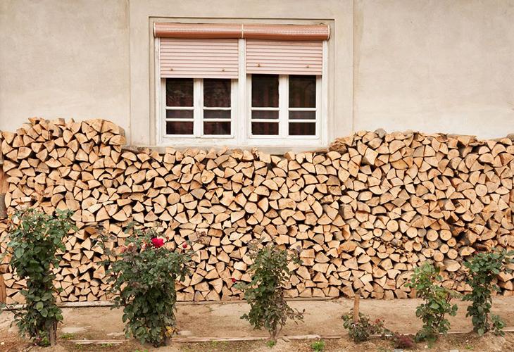 Хранение дров вдоль стены