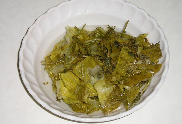 Маринованные листья салата со специями