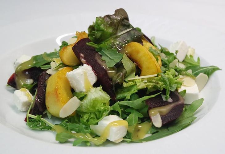 Салат с птицей, свеклой, сыром и грушей